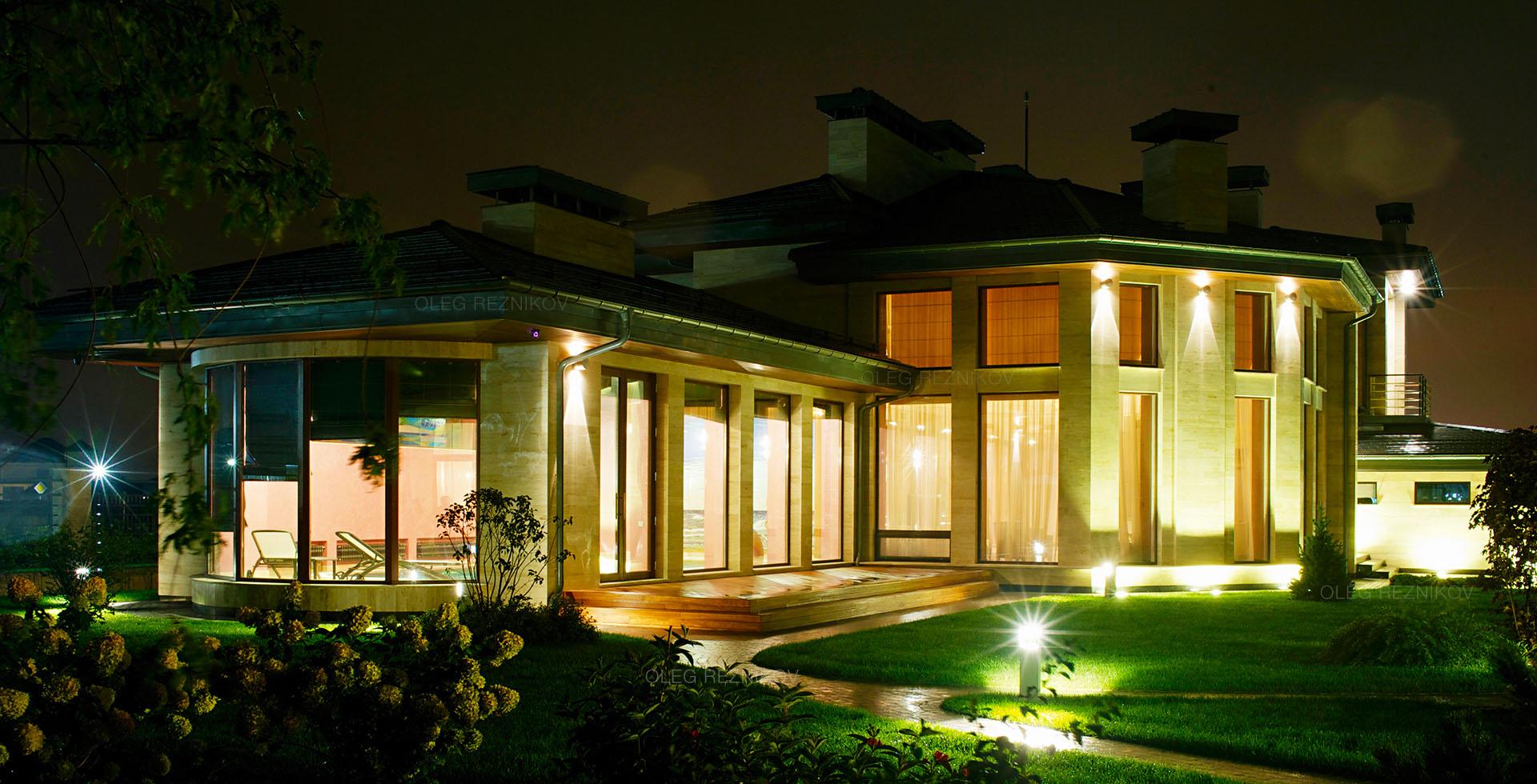 Загородный дом ночью.